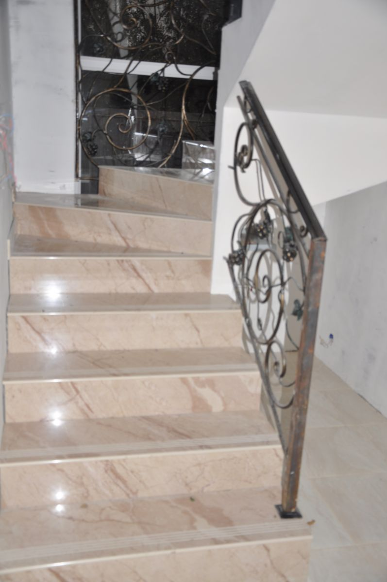 Ступени для лестниц из керамогранита  под мрамор в загородном доме: прямые и забежные ступени на поворотных участках лестницы