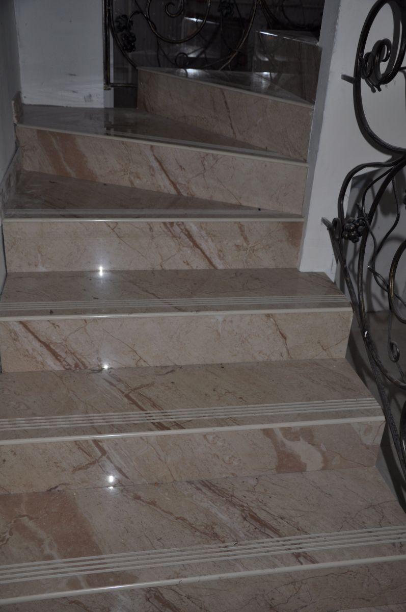 Изготовление керамические ступени лестниц под мрамор в загородном доме - замер, изготовление, доставка и монтаж