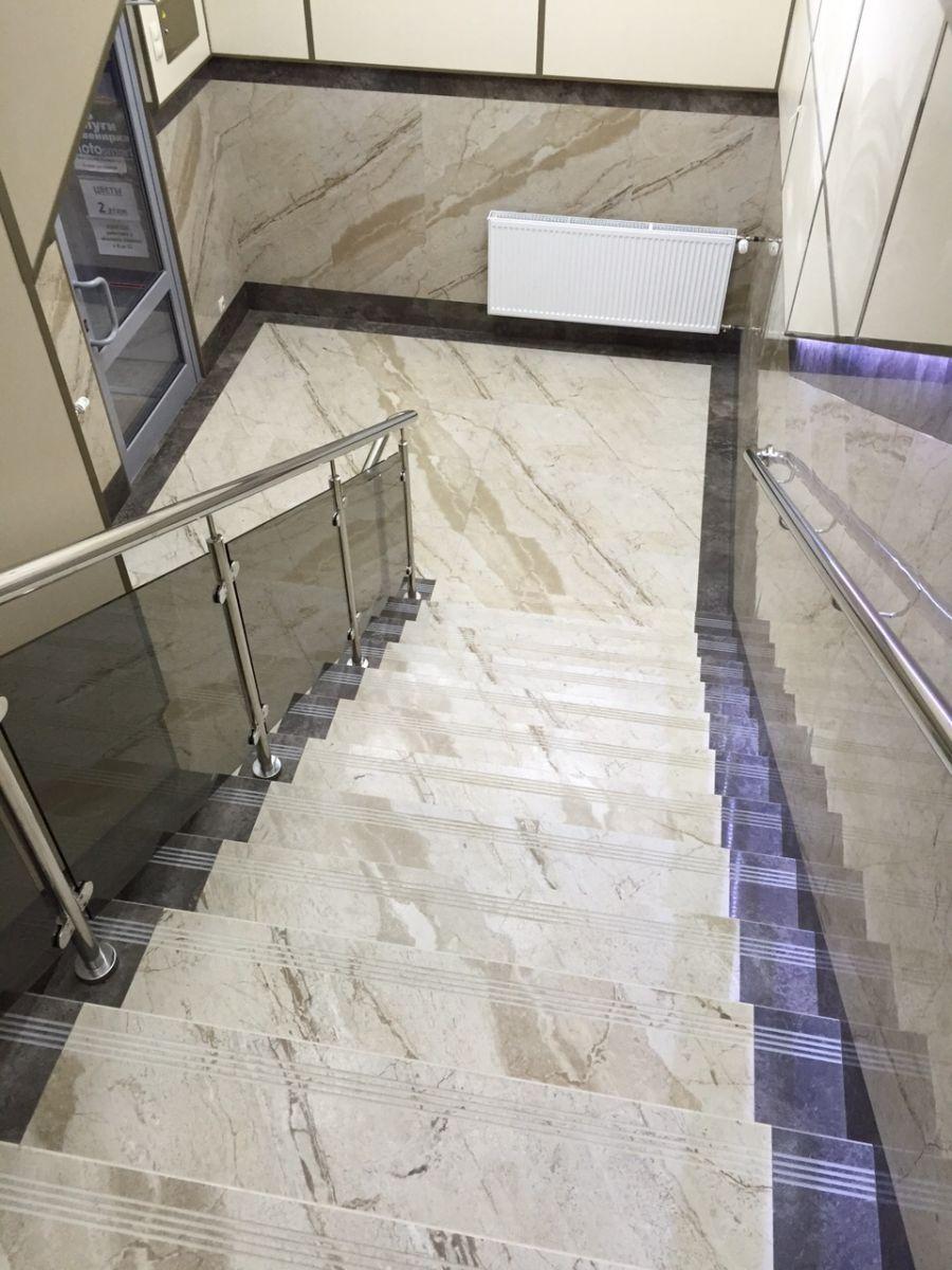 Фото лестницы под мрамор с перилами и отделкой стен керамогранитом