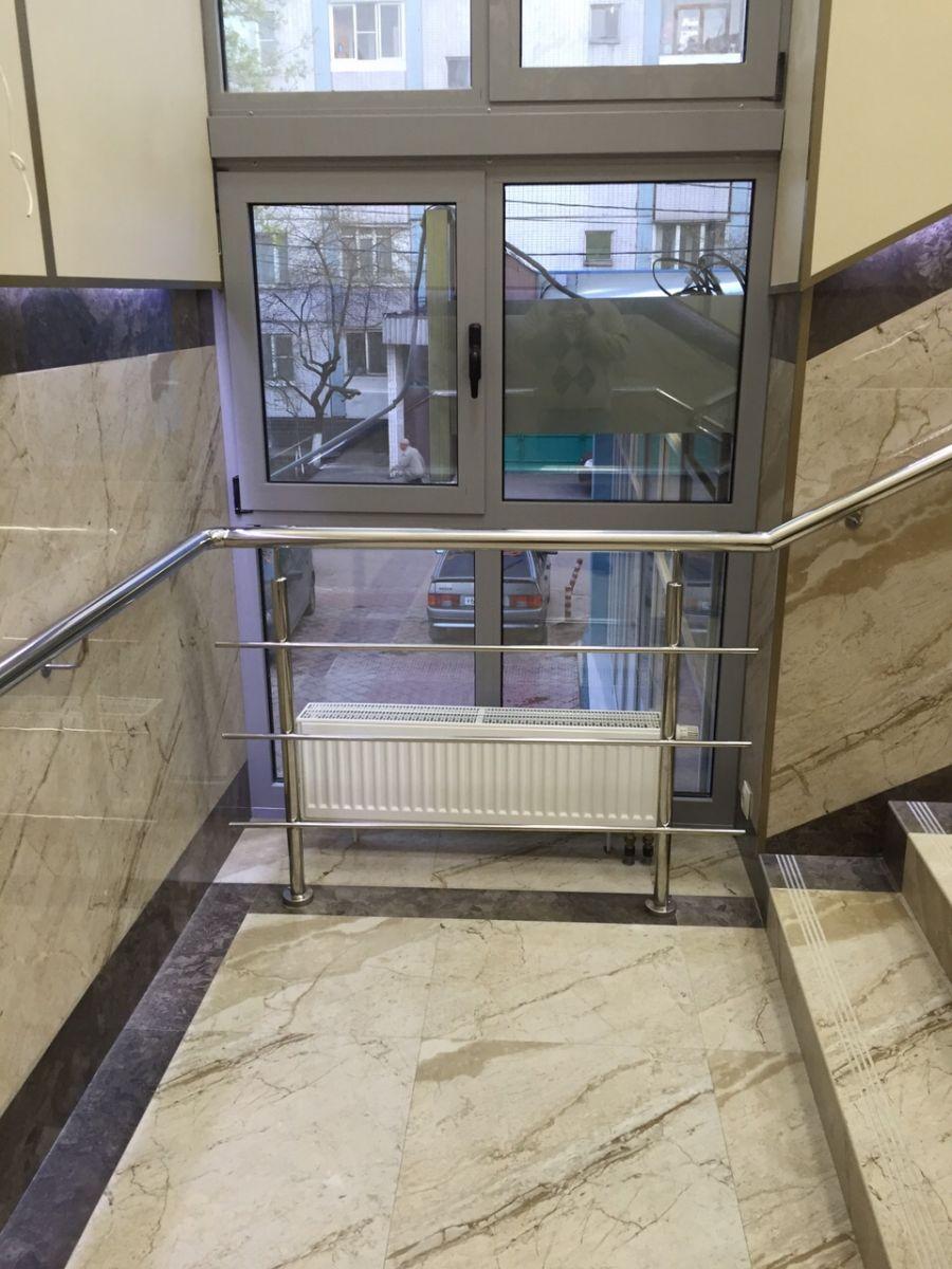 Укладка на пол около лестницы со ступенями под мрамор лаппатипрованного керамогранита