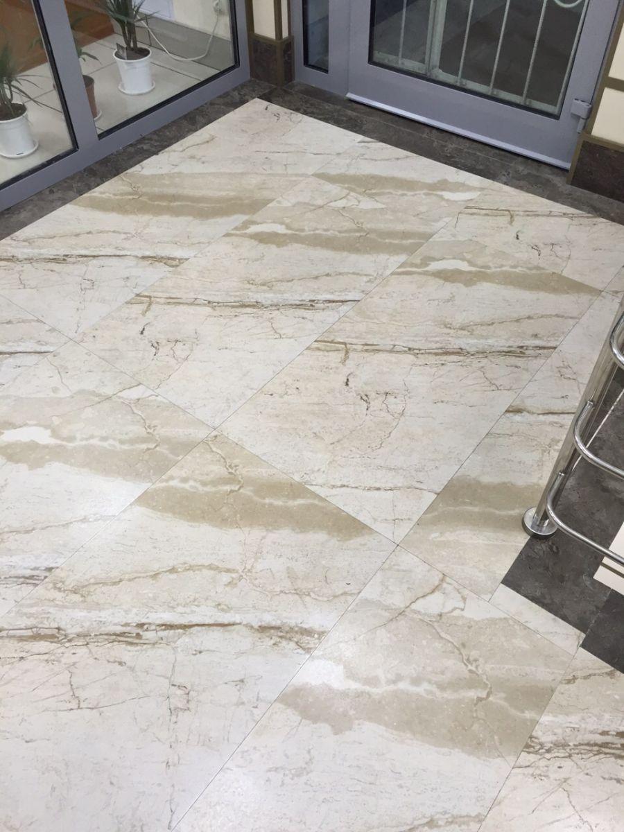 Около лестничная зона, выложенная лаппатированным керамогранитом под мрамор, размер плит 1200х600 мм