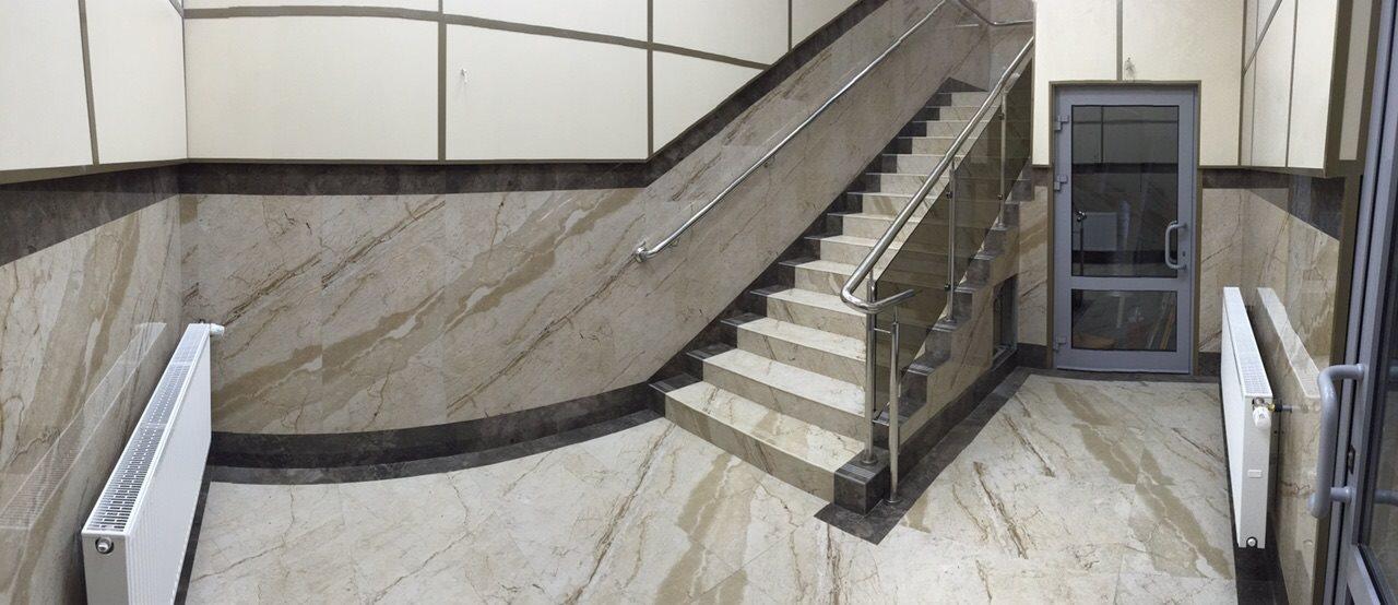 Проект лестницы загородного дома с нестандертными ступенями большой длины под мрамор
