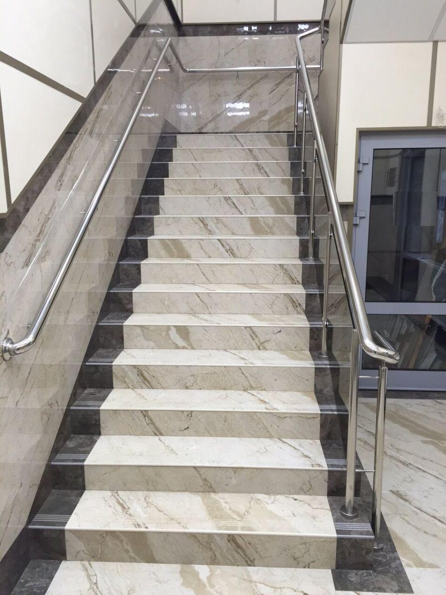 Фронтальное фото лестницы со ступенями из керамогранита под мрамор