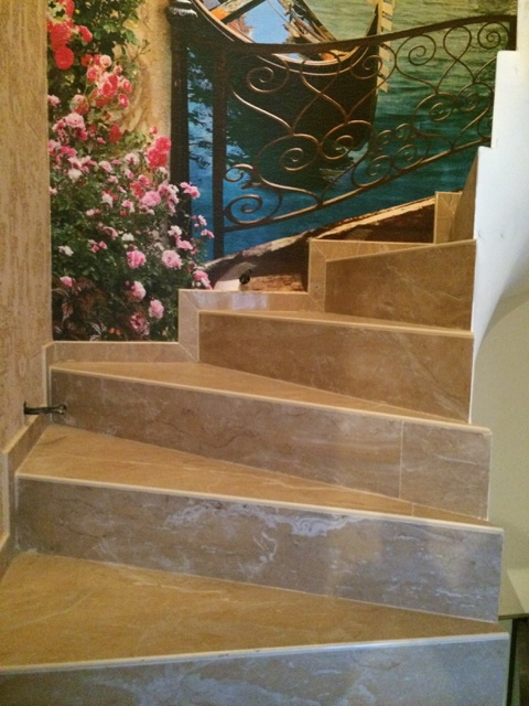 Изготовление забежных ступеней и плинтусов из керамогранита для лестницы внутри дома