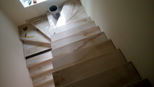 Лестница из керамогранитных ступеней с поворотом на 180 градусов, облицованная керамогранитом под оникс
