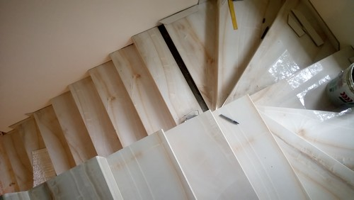 Монтаж лестницы в загородном доме: облицовка лестницы с поворотом на 180 градусов ступенями из керамогранита под оник фото