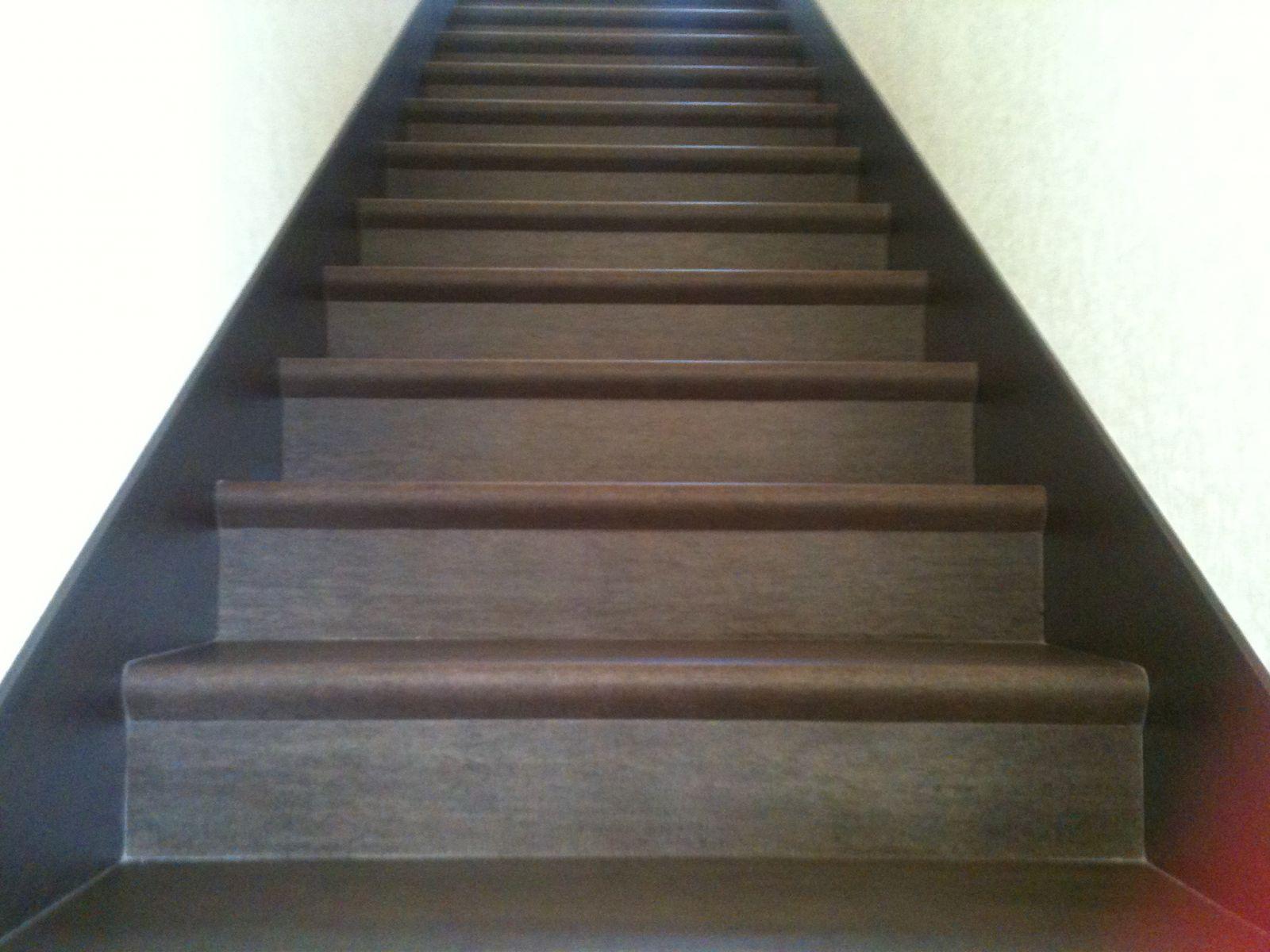 Ступени из керамогранита с капиносом для лестницы в дом