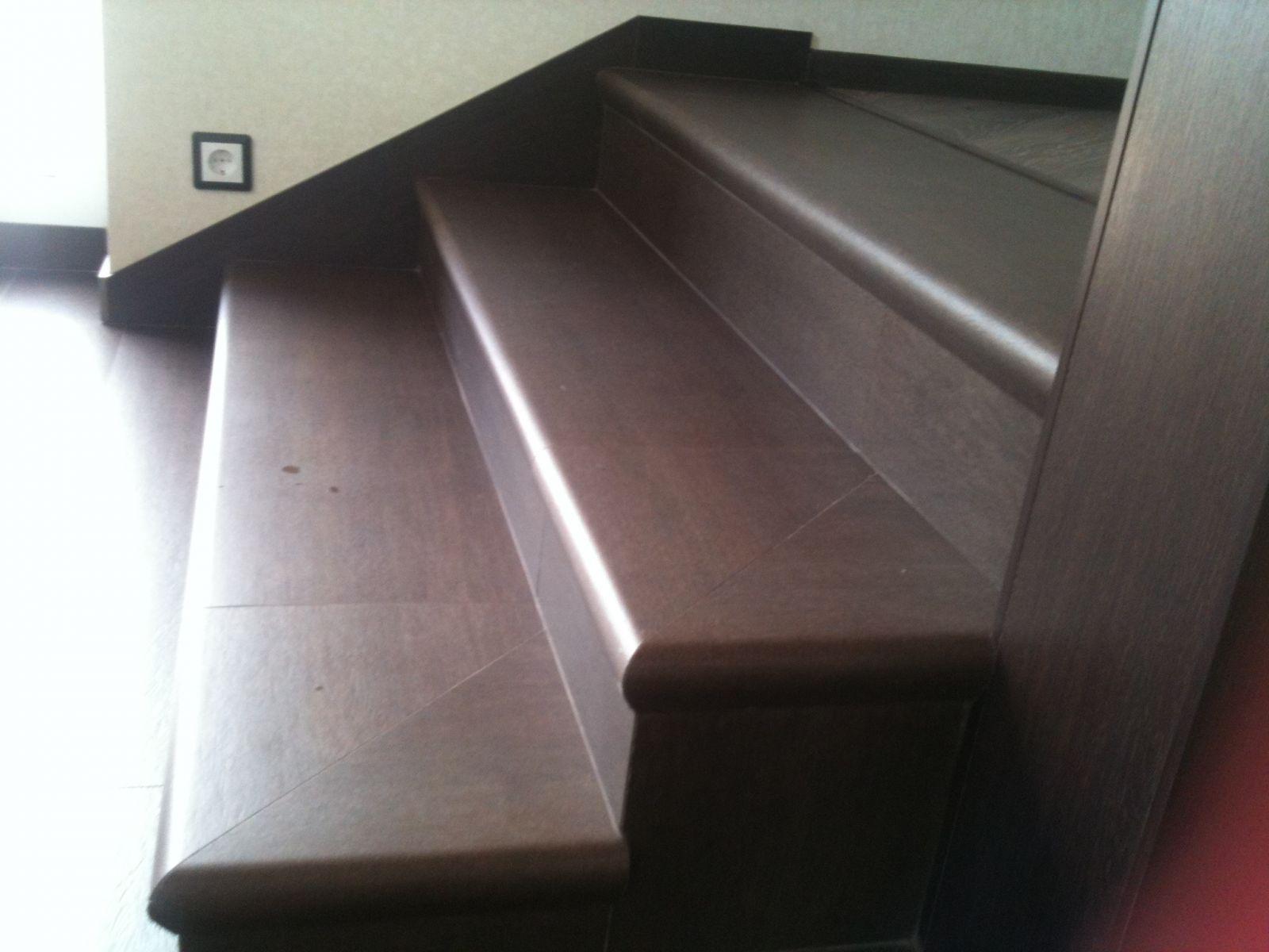 Керамические ступени с капиносом - носиком, коричневого цвета, имитирующие цвет и фактуру древесины